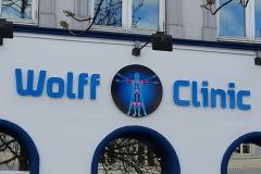 Enkelt facadeskilt til Wolff Clinic