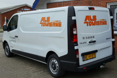 Logo og information på firmabil