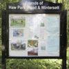 Informationsskab i park med info